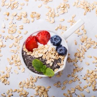 Iogurte e aveia com frutas frescas