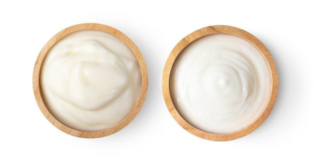 Iogurte em uma xícara isolada no fundo branco. vista do topo