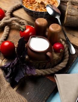 Iogurte fresco em pote de cerâmica.