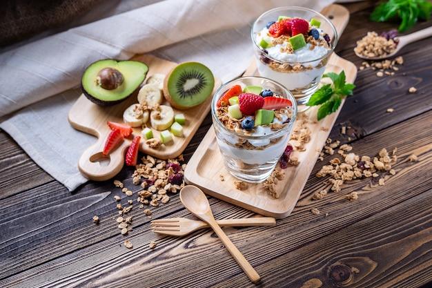 Iogurte grego caseiro com frutas, abacate, banana e granora