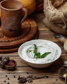 Iogurte grego com hortelã seca
