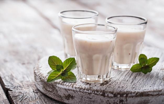 Iogurte grego na mesa de madeira clara