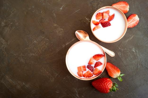 Iogurte natural caseiro com morangos e muesli.