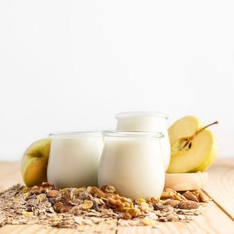 Iogurte natural em frascos com aveia e frutas