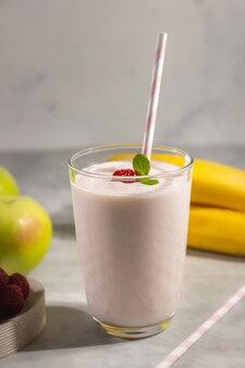 Iogurte probiótico de framboesa com banana e maçãs, comida saudável para o café da manhã