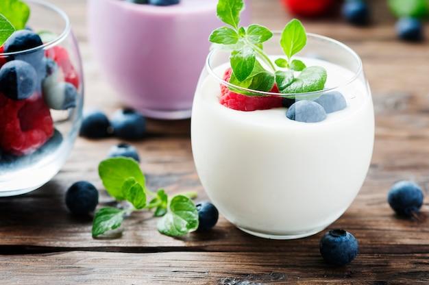 Iogurte saudável com frutas e hortelã