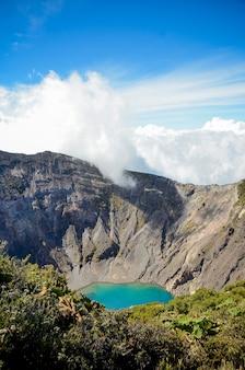 Irazu volcano crater, céu azul, plantas.