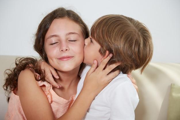 Irmã beijando