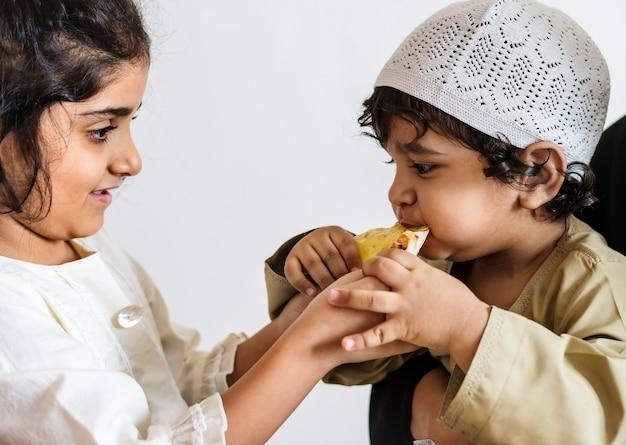 Irmã compartilhando pão pita com seu irmão