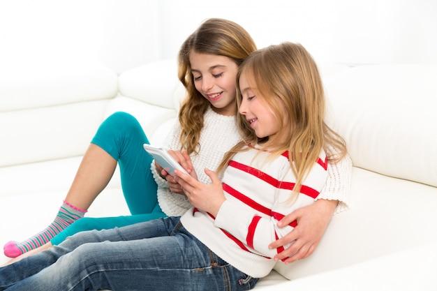 Irmã de crianças amigos garoto meninas brincando junto com o tablet pc