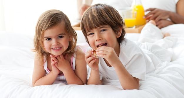 Irmão bonito e irmã tomando café da manhã