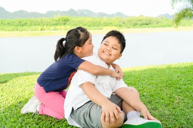 Irmão e irmã abraço