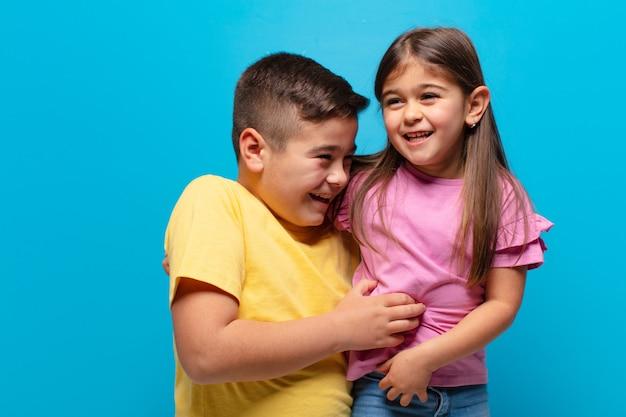 Irmão e irmã brincando com uma expressão feliz