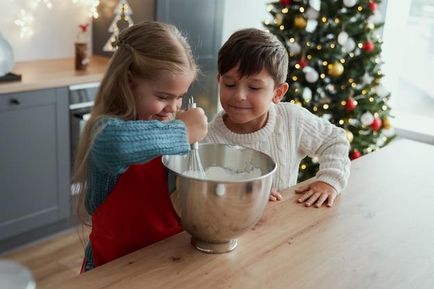 Irmão e irmã cozinhando juntos
