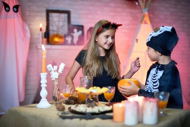 Irmão e irmã na festa de halloween