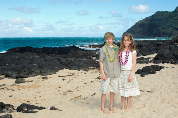 Irmão e irmã na praia