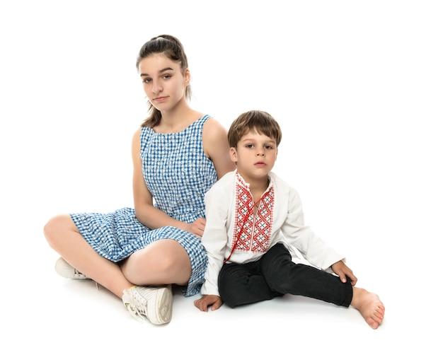 Irmão e irmã, retrato de estúdio em branco