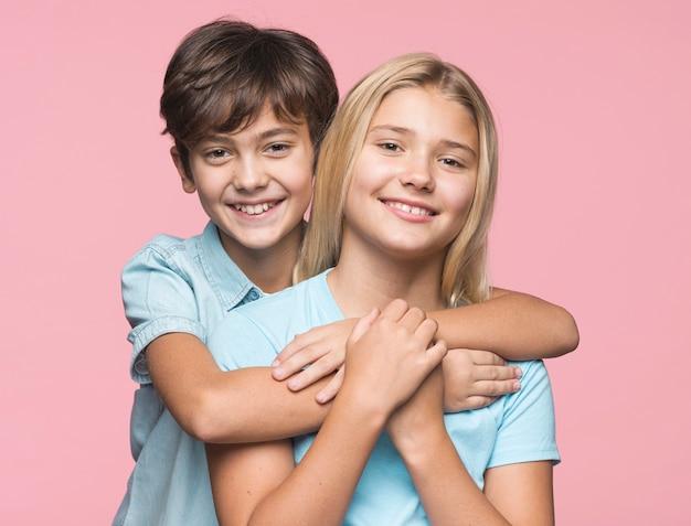 Irmão mais novo que abraça a irmã