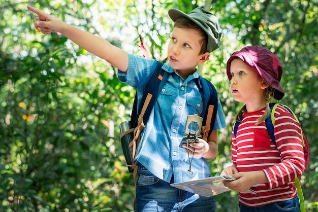 Irmão mostrando sua irmã para onde ir