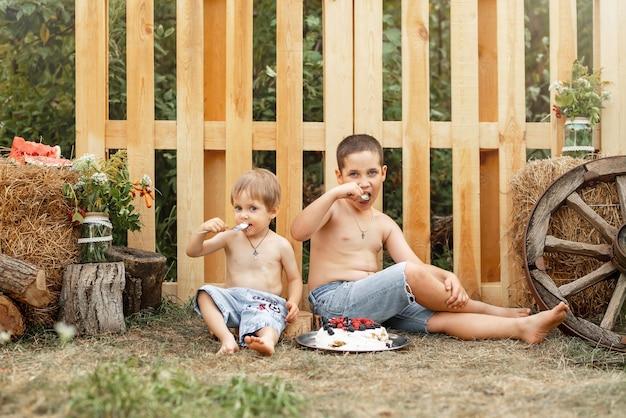 Irmãos adoráveis acampando na natureza, crianças descansando juntos