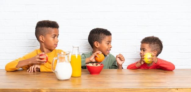 Irmãos afro-americanos tomando café da manhã