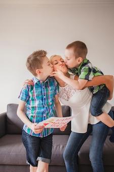 Irmãos, beijando, mãe, mãe, dia