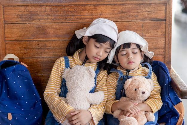 Irmãos cansados, filhos dormindo em um trem