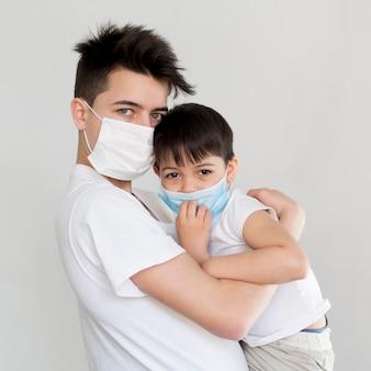 Irmãos com máscaras