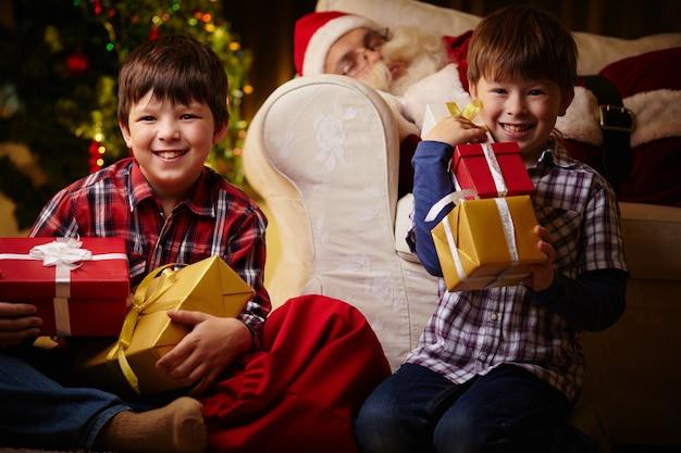 Irmãos com muitos presentes