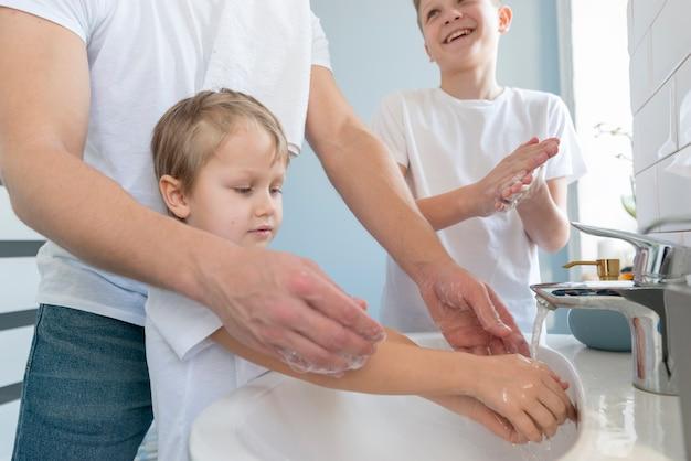 Irmãos do dia dos pais lavando as mãos