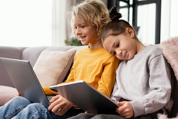 Irmãos em casa com dispositivos