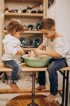 Irmãos em uma aula de cerâmica juntos