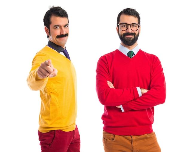 Irmãos gêmeos confiantes