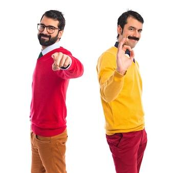 Irmãos gémeos fazendo sinal de ok
