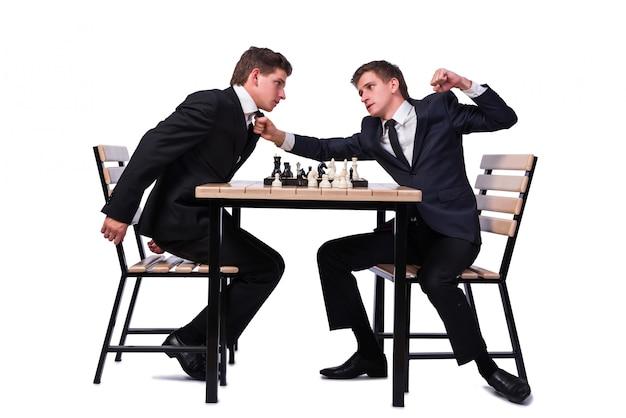 Irmãos gêmeos jogando xadrez isolado no branco