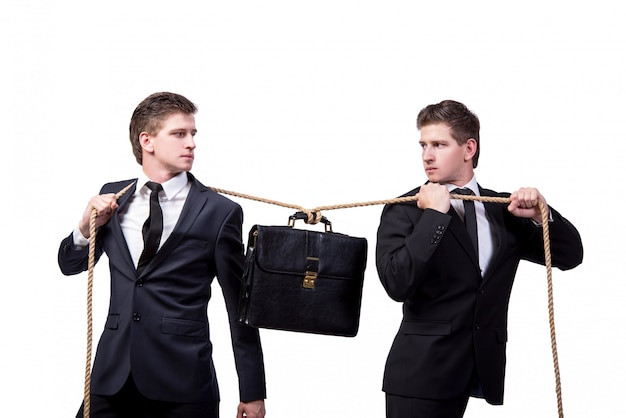 Irmãos gêmeos no conceito de cabo de guerra isolado no branco