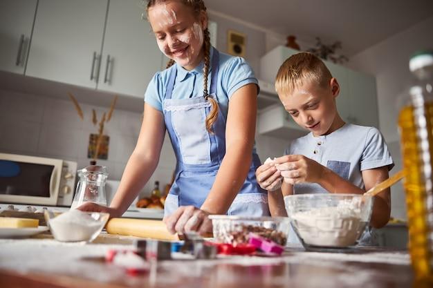 Irmãos habilidosos preparando massa enquanto trabalham na cozinha