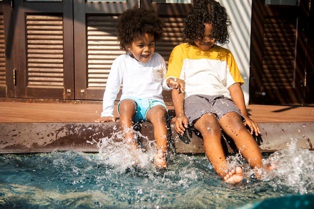Irmãos pequenos se divertindo enquanto estava de férias