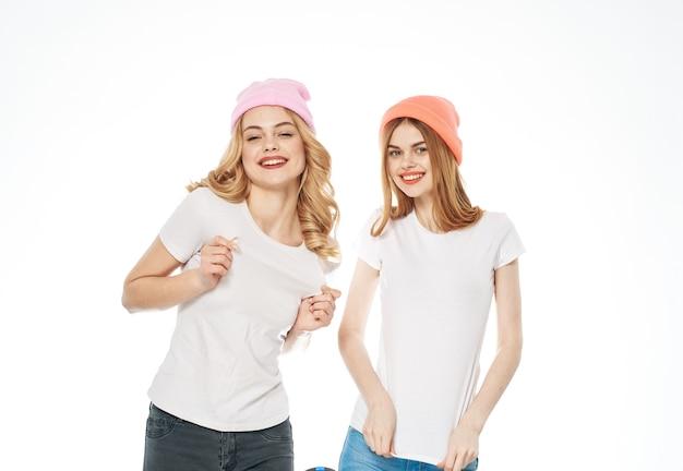Irmãs alegria emoções estilo de vida diversão vista recortada moda