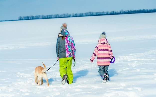Irmãs andando com cachorro