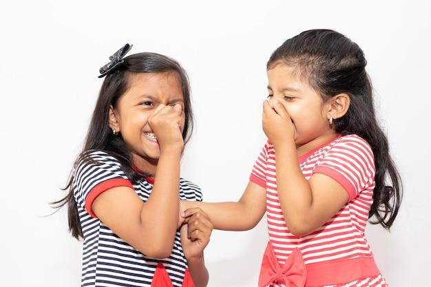 Irmãs bonitos com vestidos listrados rindo