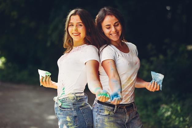 Irmãs bonitos em um parque