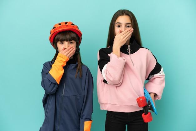 Irmãs caçulas praticando ciclismo e skatistas isoladas cobrindo a boca com as mãos por dizer algo impróprio