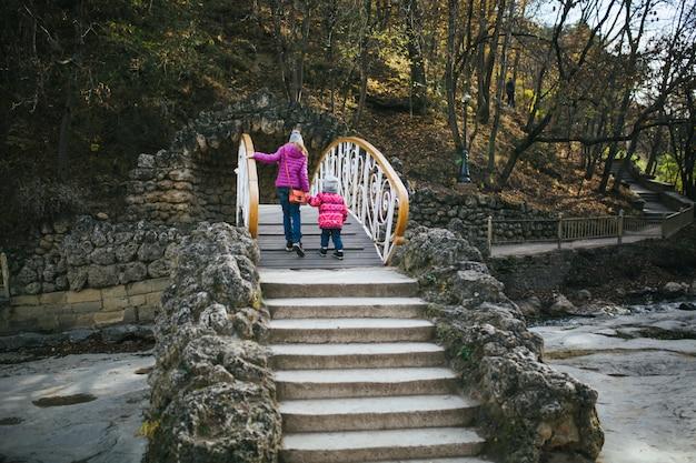 Irmãs caminham no parque