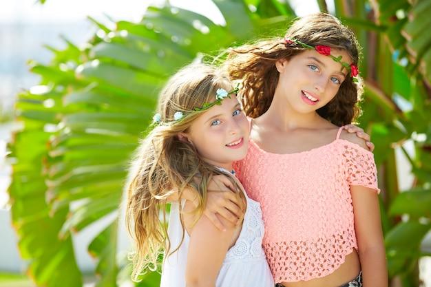 Irmãs de garota garoto abraçar a árvore de banana deixa o dia brilhante