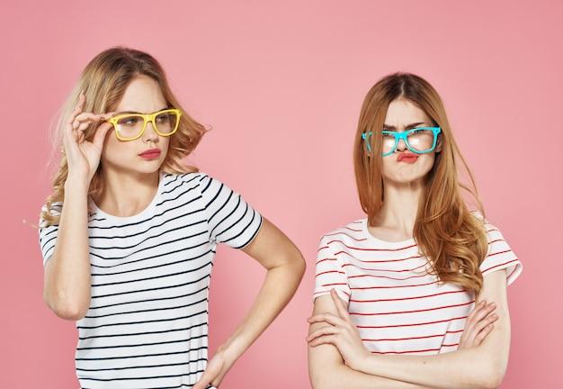 Irmãs emoções comunicação estilo de vida cortada parede vista rosa.