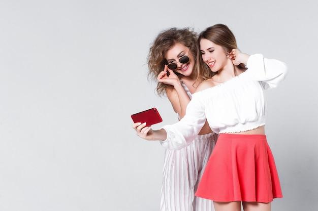 Irmãs fazem uma selfie, preferindo o estilo casual de verão! Foto gratuita