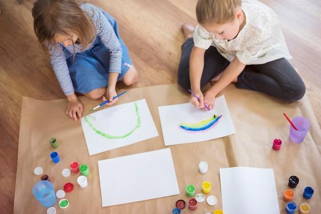 Irmãs focadas em seu trabalho criativo