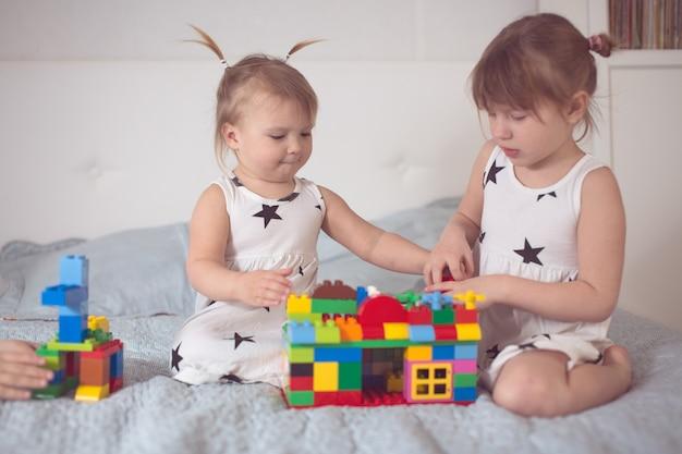 Irmãs jogar com designer interior real