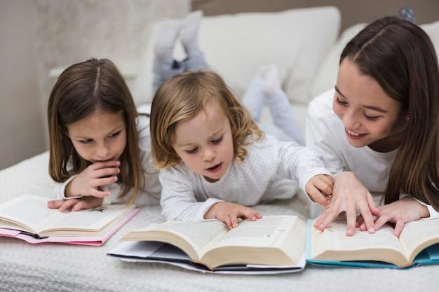 Irmãs lendo livro juntos